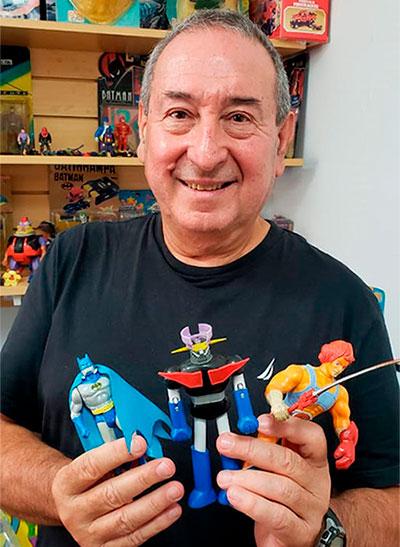 Gustavo Capusotto con algunas de sus creaciones